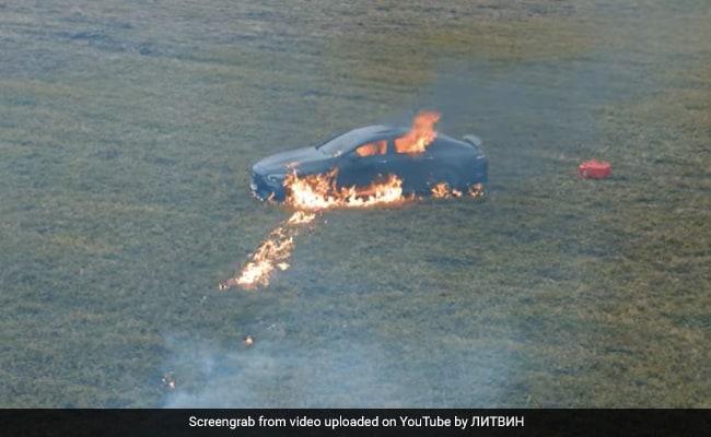 वायरल वीडियो: YouTuber ने अपनी मर्सिडीज को निराशा से बाहर जला दिया
