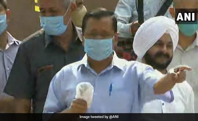 दिल्ली के तीनों  नगर निगमों के महापौरों ने केजरीवाल के घर के बाहर धरना दिया