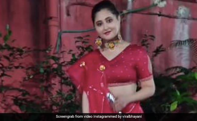 रश्मि देसाई लाल लहंगा पहन अपने डॉगी को घुमाती आईं नजर, Video में देने लगीं पोज