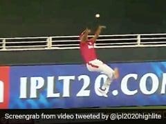 IPL 2020: मयंक अग्रवाल ने सुपर ओवर में हवा में उड़कर बचाया छक्का, देखते रह गए खिलाड़ी - देखें पूरा Video