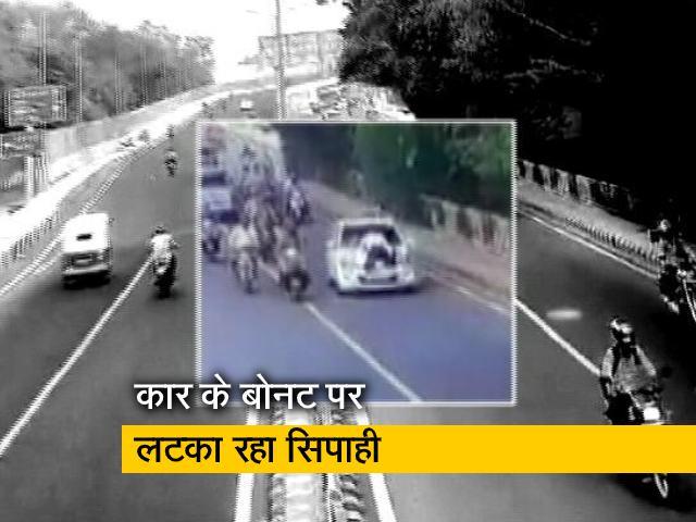 Video : ट्रैफिक पुलिसकर्मी को कार के बोनट पर 400 मीटर तक घसीटा