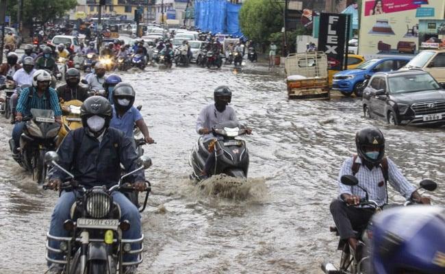 Pics में: हैदराबाद में भारी बारिश, बाढ़ का कारण, बचाव पर