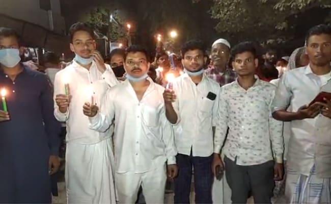बिजली के फिक्स रेट को लेकर आंदोलन कर रहे बनारस के बुनकरों ने कैंडल मार्च निकाला