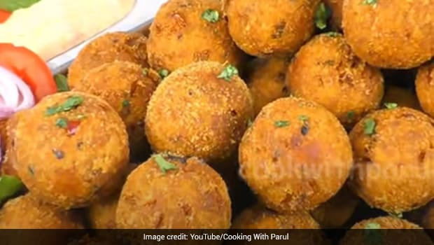Quick Snack: How To Make 5-Minute Bread Balls With Instant Dip