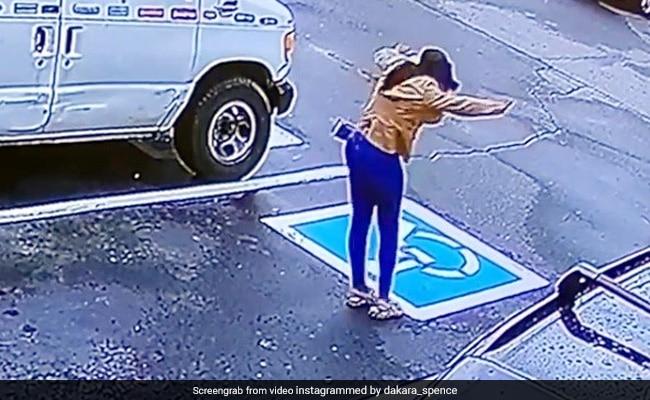 लड़की को मिली नौकरी, तो बाहर निकलकर ऐसे किया धमाकेदार डांस, CCTV में कैद हुआ मज़ेदार Video