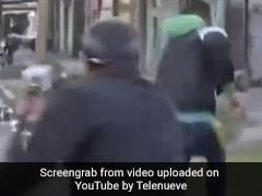 Live TV पर रिपोर्टिंग कर रहा था रिपोर्टर, पीछे से आकर चोर ने हाथ से छीना फोन और फिर... देखें Video