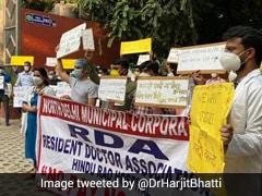 दिल्ली : नगर निगम के अस्पतालों में वेतन नहीं मिलने पर हड़ताल कर रहे डॉक्टरों को मिला समर्थन