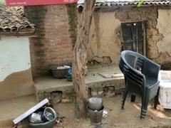 इंसान बना हैवान : UP के हमीरपुर में किराया न देने पर महिला को पेड़ से बांधकर पीटा, वीडियो वायरल