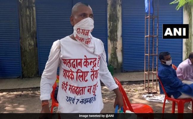 बिहार में चाय वाला अनोखे अंदाज़ में मतदान के लिए फैला रहा जागरुकता