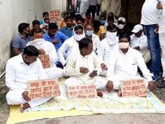 बिहार के गया में जीतनराम मांझी के खिलाफ धरने पर बैठे उन्हीं की पार्टी के कार्यकर्ता