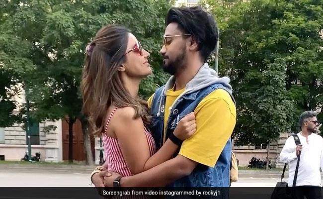 हिना खान बॉयफ्रेंड संग सड़क पर रोमांस करती आईं नजर, Video हुआ वायरल