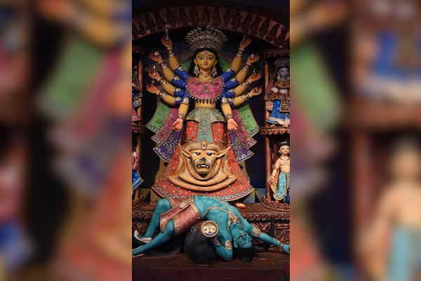 Citizens Throng Durga Puja Pandal As Bengal Says 'Covid Not Over Yet'