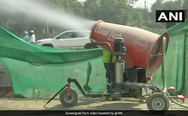 दिल्ली में पॉल्यूशन कंट्रोल करने के लिए लगाई गईं एंटी-स्मॉग गन, वायरल हुआ Video