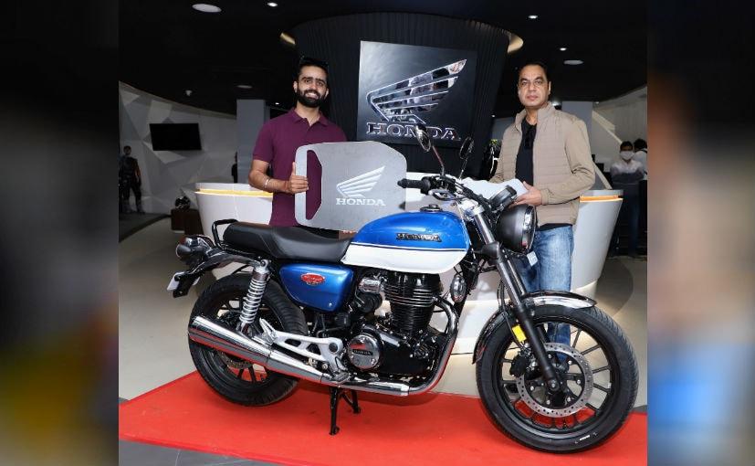 पहली बाइक की डिलीवरी देते हुए कंपनी के सेल्स और मार्केटिंग के डायरेक्टर यदविंदर सिंह गुलेरिया.