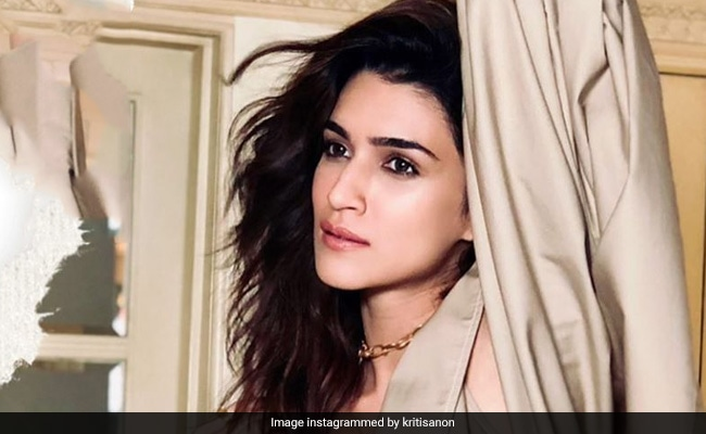 On 'Poetic Soul' Kriti Sanon's Post, Varun Dhawan Dropped This Comment