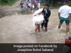शादी करने जा रहे थे दूल्हा-दुल्हन, रास्ते में आई तेज बारिश, ऐसे पैदल पार की उफनती नदी, वायरल हुईं Photos