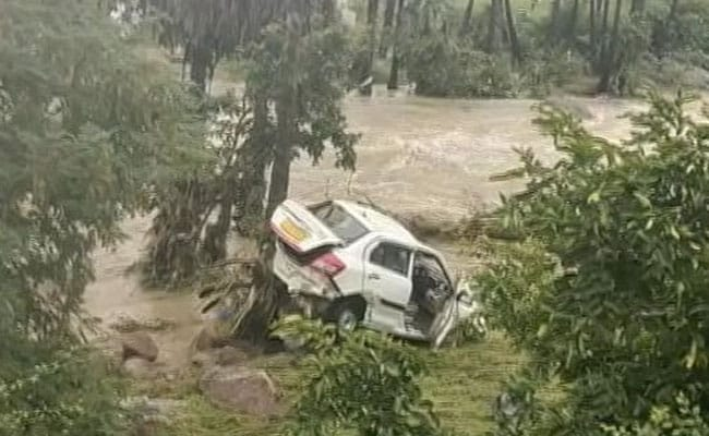 हैदराबाद बाढ़: कार में भर गया था पानी, फोन पर युवक लगाता रहा गुहार, बहकर हो गई मौत