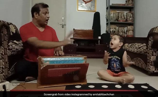 अमिताभ बच्चन यांनी वडिलांकडून शास्त्रीय संगीत शिकणार्या लहान मुलाची क्लिप सामायिक केली