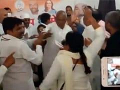 UP: मारपीट की शिकार कांग्रेस महिला कार्यकर्ता ने लगाया आरोप- पार्टी ने दिया बलात्कारी को टिकट