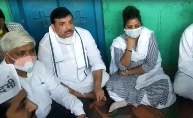 Hathras Case Live Updates: AAP सांसद संजय सिंह और राखी बिड़लान पर फेंकी गई काली स्याही