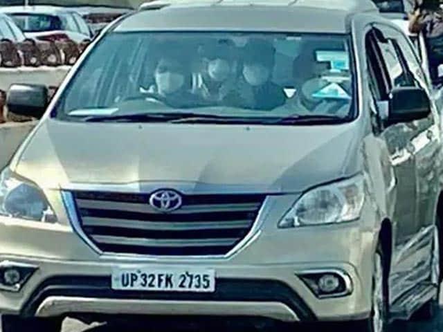 Video : Rahul Gandhi Beside, Priyanka Gandhi Takes The Wheel For Hathras Visit