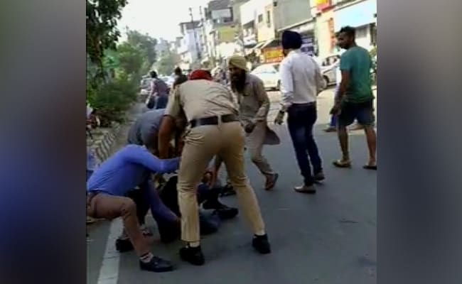 VIDEO: पुलिस देख भाग रहा था BJP नेता का हत्यारोपी, साथी ने तेज कर दी बाइक, लुढ़क पड़ा दोशार्प शूटर