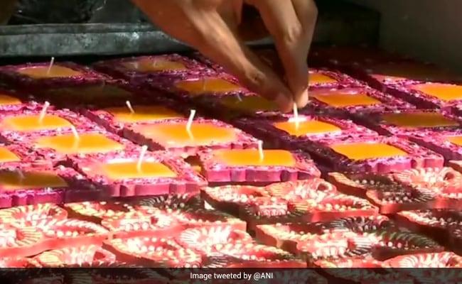 मानसिक रूप से विकलांग छात्रों की नई पहल, दिवाली के मौके पर बना रहे मिट्टी के दीपक और मोमबत्तियां