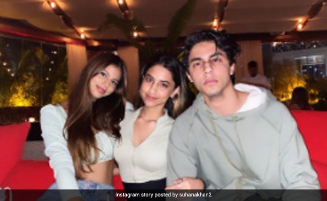 सुहाना खान ने भाई आर्यन खान और कजन के साथ यूं दिया पोज, शाहरुख खान की बेटी का ग्लैमरस लुक हुआ Viral