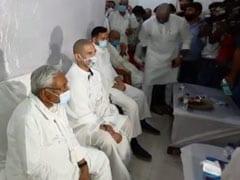 बिहार विधानसभा चुनाव : चिराग पासवान ने छुए नीतीश कुमार के पांव, फिर किया यह काम