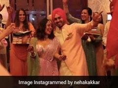 Neha Kakkar और रोहनप्रीत सिंह के रोका सेरेमनी का Video हुआ वायरल, पिंक ड्रेस में ढोल पर यूं डांस करती आईं नजर