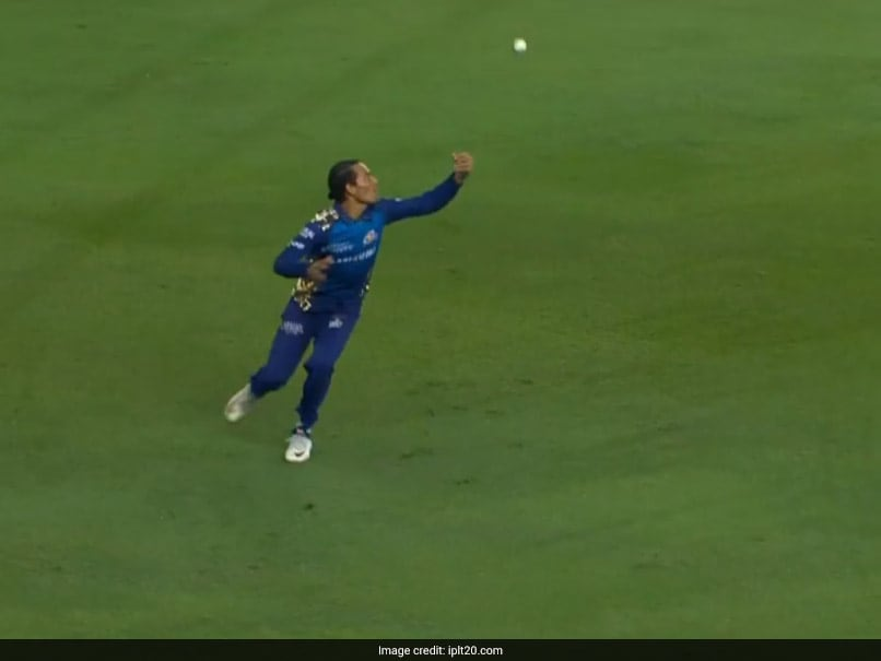 IPL 2020: Rahul Chahar's Magnificent Juggling Catch In Mumbai Indians' Win Over Delhi Capitals. Watch