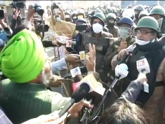 Video : Haven't Come to Fight, Say Farmers. Go Back, There's Covid, Say Cops