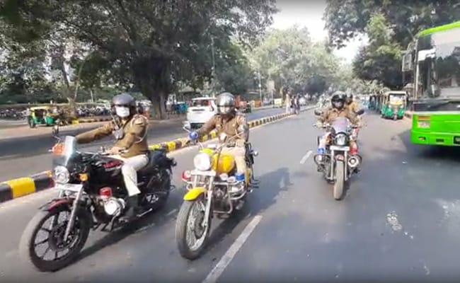 दिल्ली : चलती बस में महिला पुलिसकर्मी से छेड़छाड़, विरोध करने पर हमला