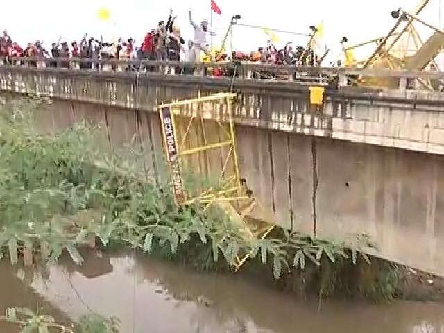Video : On Haryana Bridge, Tear Gas On Farmers, Tractors Push Back Police Vans