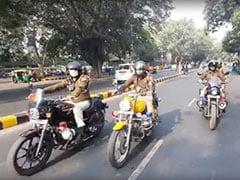 कोरोना दिशानिर्देशों को लागू करवाने को लेकर बाइक से पेट्रोलिंग करते दिल्ली पुलिस के जवान
