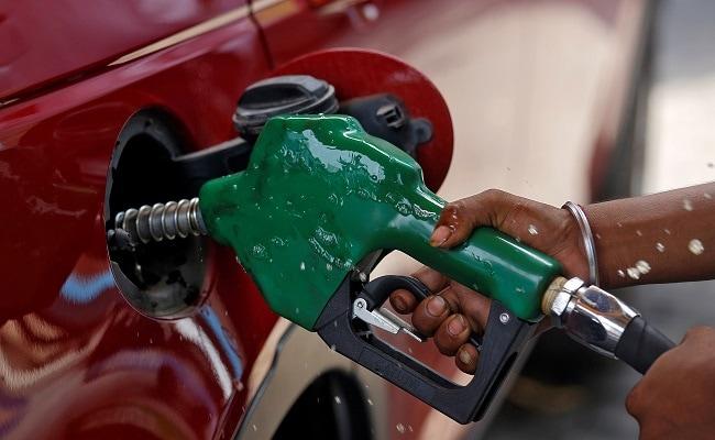 मुंबई में आज ग्राहकों को एक लीटर पेट्रोल के लिए रु 90.34 प्रति लीटर चुकाना पड़ रहा है.