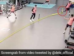 बल्लेबाज ने मारा शॉट, तो फुटबॉलर ने पकड़ा हैरतअंगेज कैच, पैर से उछाल ऐसे लपकी गेंद - देखें Video