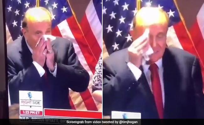 डोनाल्ड ट्रंप के वकील ने नाक पोंछने के बाद उसी रूमाल से पोंछ लिया चेहरा, जमकर हुए Troll - देखें Video