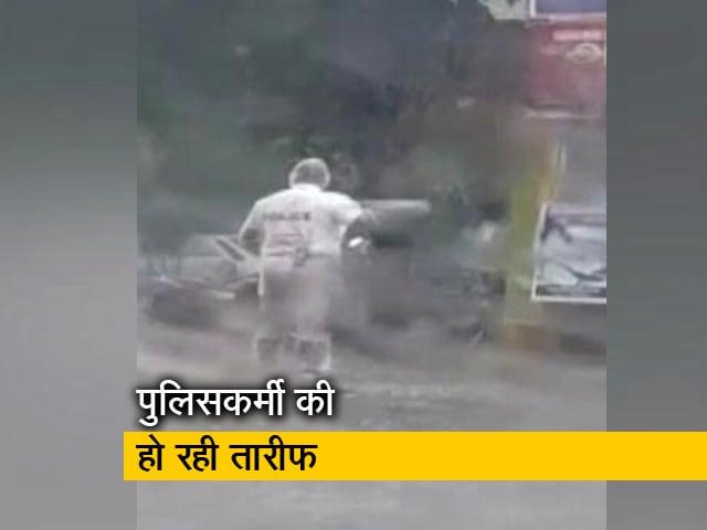 Videos : चार घंटे तक भारी बारिश में खड़े रहकर ड्यूटी करता रहा ट्रैफिक पुलिसकर्मी