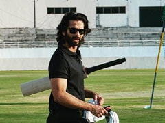 Shahid Kapoor Wraps 'Jersey', Cuts 'Bat And Ball' Themed Cake (See Pic)