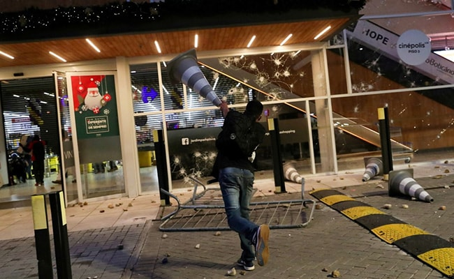 ब्राझीलमध्ये ब्लॅक मॅनला सुपरमार्केटमध्ये मारहाण झाल्यानंतर हिंसाचार भडकला