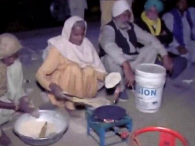 Video : Families of Farmers Prep to Stay Night at Delhi Border, Cook Food on Street