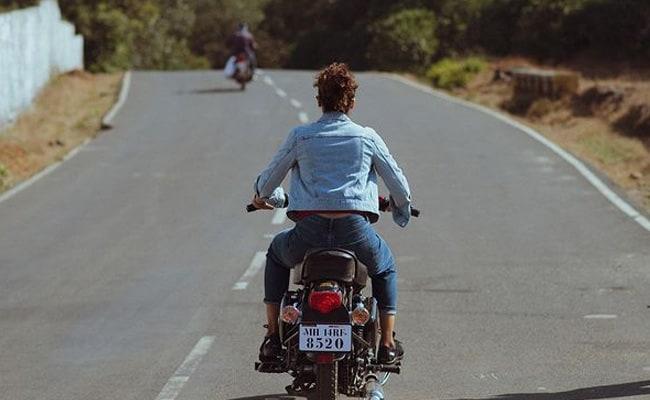 Taapsee Pannu ने बिना हेलमेट के दौड़ाई बाइक, तस्वीर शेयर कर बोलीं- 'जुर्माना लगने से पहले...'