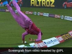 Women's T20 Challenge: खिलाड़ी ने अजीबोगरीब तरह से रोका चौका, देखती रह गईं स्मृति मंधाना... देखें पूरा Video