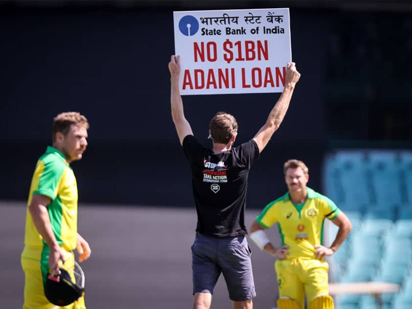 Australia vs India, 1st ODI: Spectator Invades Ground Carrying A Placard, Leaves David Warner Amused