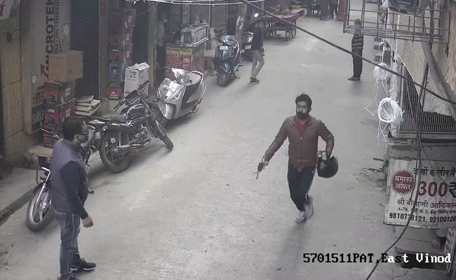 Caught On Camera: Man Holding Gun Snatches Woman's Gold Chain In Delhi - NDTV