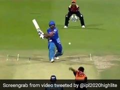 IPL 2020: शिखर धवन ने OUT होकर नहीं लिया DRS, तो युवी ने किया ट्रोल, 'गब्बर' ने दिया ऐसा जवाब - देखें VIDEO