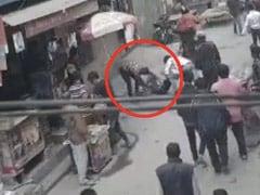 दिल्ली में बीच सड़क 19 साल के लड़के पर किया चाकू से हमला, तमाशबीन बने रहे लोग - देखें CCTV Video