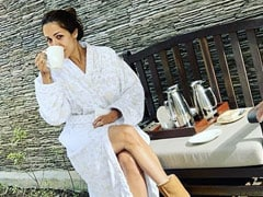Malaika Arora व्हाइट रोब में एंजॉय कर रही थीं हॉट कप्पा, तभी करीना कपूर ने क्लिक कर ली Photo और फिर...