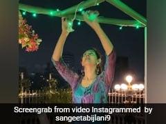 सलमान खान की दोस्त संगीता बिजलानी घर को लाइट्स से सजाती आईं नजर, 'नाच मेरी लैला' गाने पर देने लगीं पोज